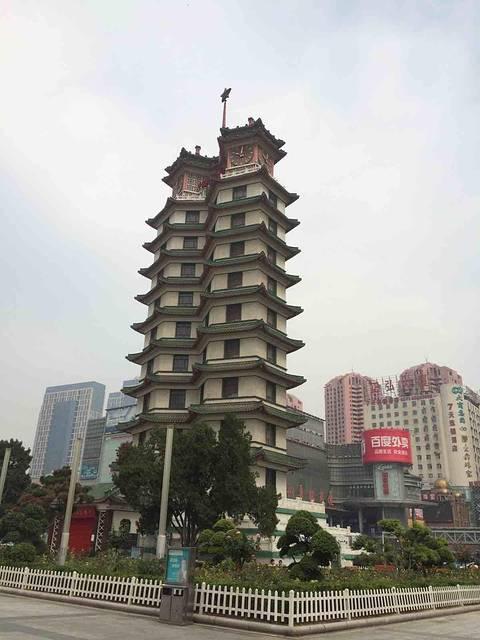 89 首页 景点详情  点评(32 条) 二七纪念塔,位于郑州市