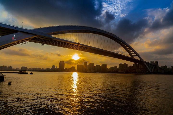 """""""卢浦大桥是当今世界第一钢结构"""