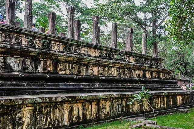 波隆纳鲁沃古城的月亮石并没有完全采用传统制式 在古城寺庙入口处的台阶底部,我们可一看到一块块刻着浮雕的半圆形石板,这便是传说中的月亮石(Sandakada Pahana)。石板上的浮雕由许多同心的圆环构成。最中心刻的是佛教的经典象征莲花。接下来几圈由各种图案装饰,制式不一。