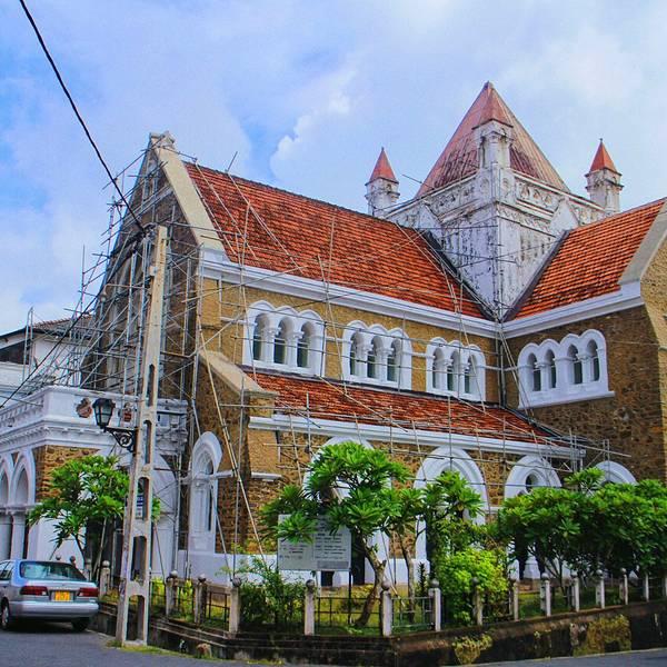 这座教堂主体建筑被设计成十字形,用石头镶嵌雕刻精美的木头建造,以
