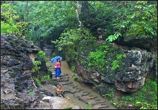 在石林曲曲弯弯的石头小路上行走,可听到脚下隐隐传来的淙淙流水声.