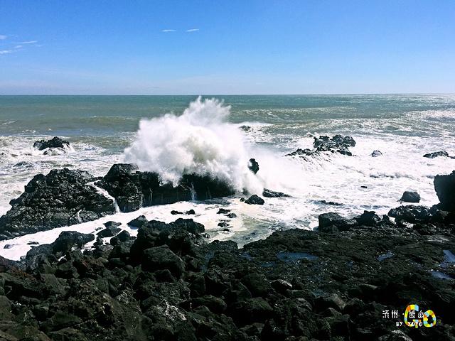 海浪拍打着礁石溅起洁白的浪花有节奏的哗哗声响敲击着我们的心房.