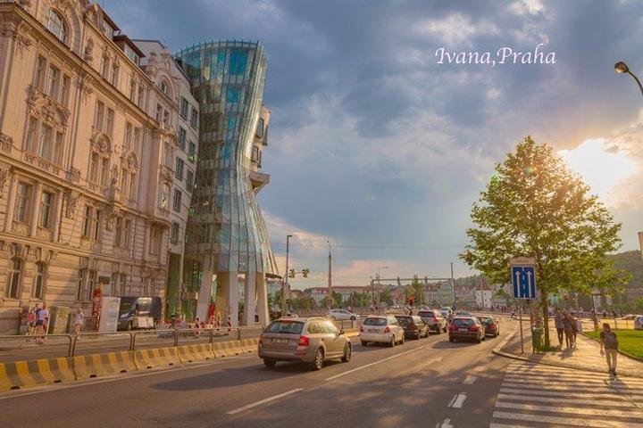 建筑的主体是在一座满汉欧式风格的老楼里,而其外表是用玻璃装饰,扭曲