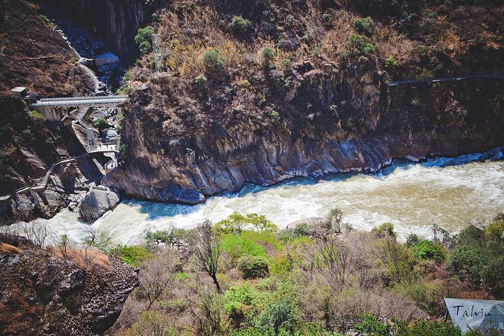"""百科时间: 虎跳峡,以""""险""""名天下,是中国最深的峡谷之一。虎跳峡有香格里拉段和丽江段和之分,而香格里拉虎跳峡是国家AAAA级旅游风景名胜区,它包括上、中、下虎跳峡,高路徒步线,其中:虎跳峡徒步线被誉为""""世界十大经典徒步线路之一"""",主要由高路徒步线和中虎跳峡徒步线两大部分组成。虎跳峡位于香格里拉市虎跳峡镇境内,距香格里拉市96公里,距丽江市80公里。在云南省玉龙纳西族自治县(原丽江纳西族自治县)龙蟠乡东北。峡谷长17千米,南岸玉龙雪山主峰海拔5596米,北岸中"""