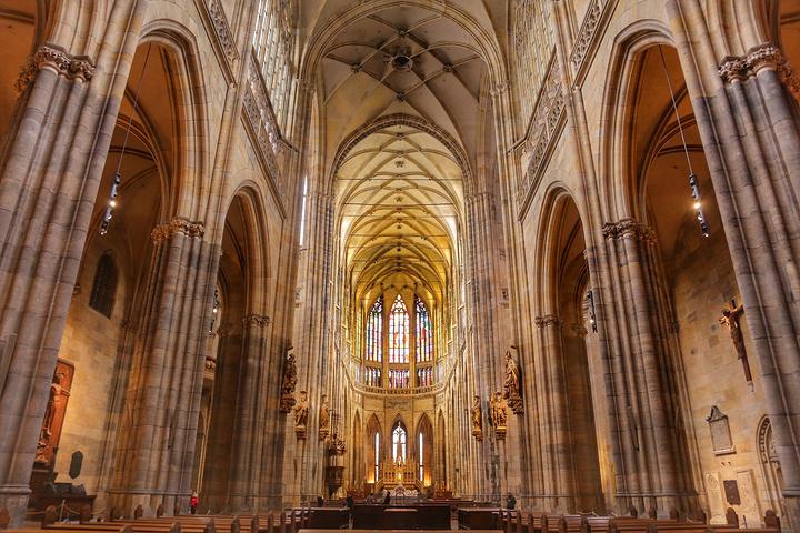 """""""我仰望哥特式教堂玫瑰窗透射的阳光,看飞扶壁和拱券细密的雕刻."""
