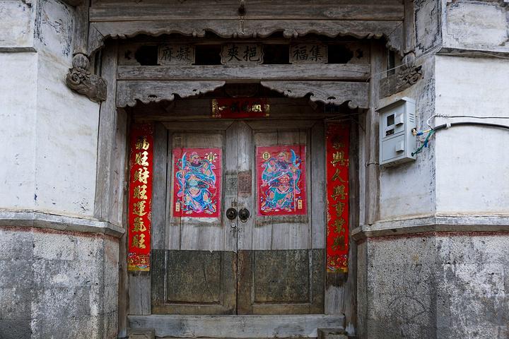 和顺的古建筑大门都非常讲究,大气庄严,富丽堂皇,飞檐翘角极其气派.