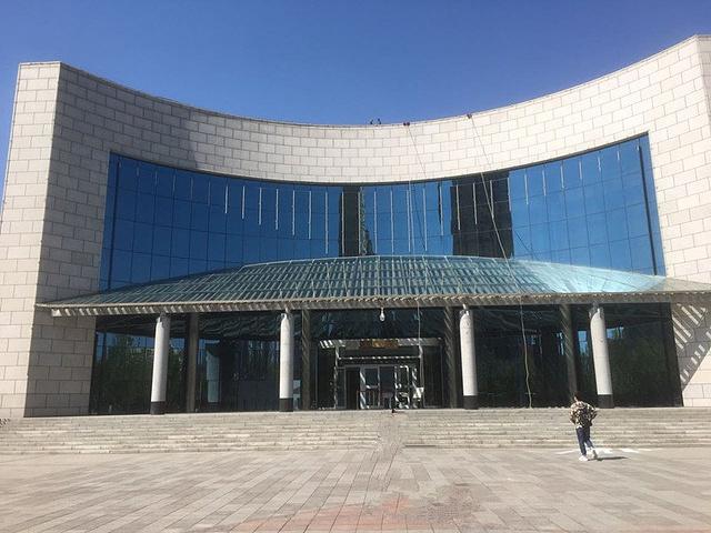 2017上午陈列了新疆博物馆。博物馆内参观了的旅游美女时拍照图片