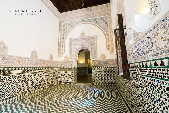 院子中間是精致的花園,四周的回廊以及內部的墻壁到處都是阿拉伯風格