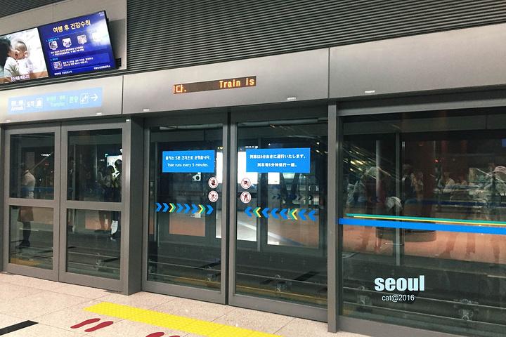 仁川机场比较大,要坐一站地铁牵引车才到达行李提取的地方.