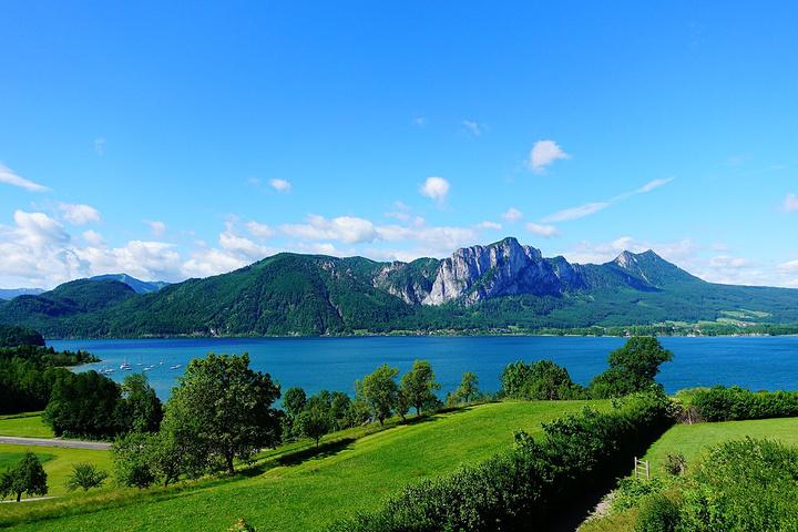 """美麗的林茨碼頭。 薩爾茨堡: 薩爾茨堡在新石器時代就有人居住,公元45年薩爾茨堡獲得城市自治權。 """"薩爾茨堡""""(德語:Salzburg,意為""""鹽堡"""")這個名字第一次出現是在755年, 因附近的鹽礦和城堡而得名,薩爾茨堡主教主要的收入來源就是壟斷鹽的銷售。 739年薩爾茨堡成為主教的駐地,774年薩爾茨堡大教堂第一次落成。 798年4月20日,應法蘭克國王查理大帝的請求,教宗利奧三世將薩爾茨堡升格為大主教的駐地, 管轄幾乎整個老巴伐利亞地區,即下巴伐利亞、上巴"""