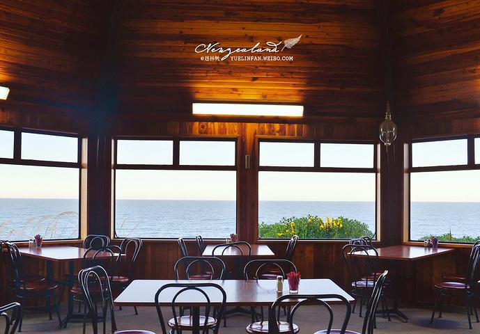 海边的咖啡厅在半山腰上,就着窗边,点一杯咖啡,看着潮起潮落,嗯,这很
