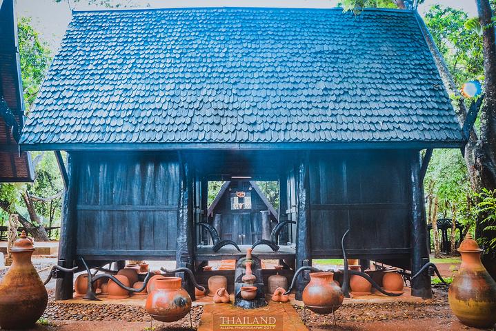 """从清迈到清莱一路算是逐渐爬高,前半段会有些蜿蜒山路,但没有素贴山那么夸张,所以没有晕车。 大概行驶了将近3个小时,我们在10点40分左右抵达黑庙。 黑庙是泰国著名艺术家Thawan Duchanee的私人博物馆,并不是一个庙宇,可能清迈政府出于发展和促进当地旅游的考虑,才将这里改名""""黑庙"""",与白庙对比呼应。Thawan的一些画作,我在曼谷当代艺术文化中心有幸参观过,都是通过形象夸张、色彩浓烈的手法来表现相关主题,而黑庙的主题就是关于死亡、地狱,通过一系列兽骨、毛皮、狩猎工具、古代器"""