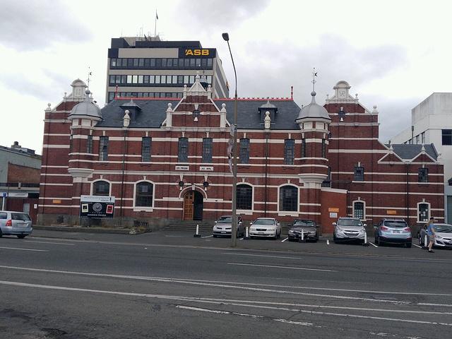 但丁尼火车站订票大厅的地板据说由近75万块明顿瓷砖铺成,火车站