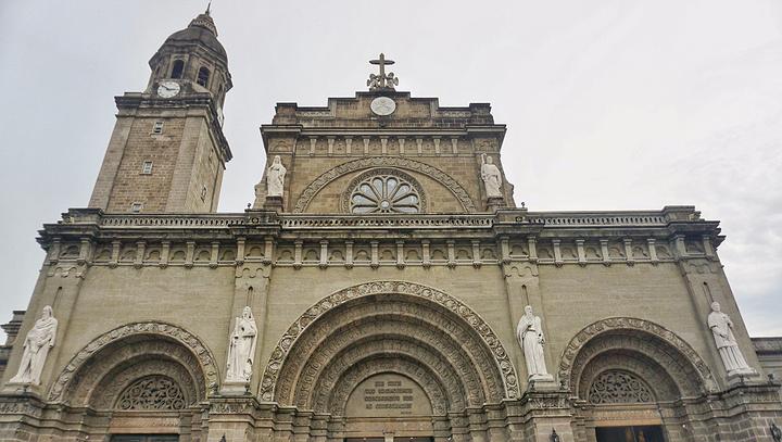 马尼拉大教堂是属于罗马式教堂建筑采用典型的罗马式拱券结构
