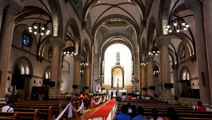 马尼拉大教堂是属于罗马式教堂建筑采用典型的罗马式拱券结构。它的外形像封建领主的城堡,以坚固、沉重、敦厚、牢不可破的形象显示教会的权威。 马尼拉大教堂最初的教堂建于1581年,在以后的岁月中教堂因台风,地震,和战争的火焰不断被损毁,不断重建。马尼拉大教堂中有一些诸如弥撒,告解,洗礼等宗教活动,也提供婚礼服务。不需要门票,一小时内可以游览完。最大的特色是教堂正面的外部建筑风格。