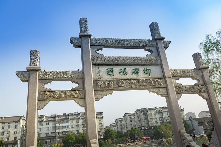 去多了人挤人的古镇,不妨来一下塘栖,一个位于京杭大运河旁边的古镇,不像西塘乌镇那般热闹,面积也不是很大,也又一番古镇韵味的特色。距离杭州市区大约20多公里,距离临平13公里,适合于周末节假日的短途游玩放松。运河两旁俨然两种风格的建筑,古代与现代的建筑由一座古老的七拱桥——广济桥连接起来。桥北是水北街和一个比较窄的小街,这里有小吃和一些塘栖特产,运河南岸有酒吧等,还是可娱乐一番的。 平日里,这里的人不多的,可能节假日的时候人会比较多,不过节假日的气氛会好很多,会有不同节目和表演的。春