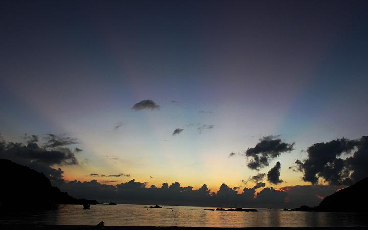大洲岛欢乐露营之旅 2014年8月27日我来到大洲岛 我们一共有八个人,一路随行的还有一条宠物犬。 下午3我们到了码头,登上去往大洲岛的船。 大概离沙滩有十几米的地方海水都是清澈见底的,非常的干净,一下子众人都激动了,船还没有停稳有人就忍不住跳下水要和大海来个亲密接触了。 上岸了,各自搭好了帐篷,今晚的住所就这么搞定了,现在可以放肆地去踏浪了,旁边已经有人去游泳了,我还是选择慢悠悠地在沙滩边散着步,感觉很是惬意啊,岸边有从海里冲上来的黑色海胆,不过不要用手随便碰哦,扎到了可就不好了。安排好了所有事情,亮子