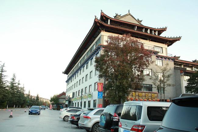 彝人古镇的停车场图片