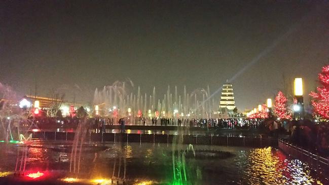 晚上:大雁塔广场音乐喷泉图片