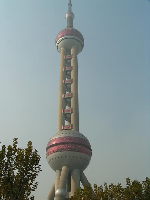 """""""东方明珠广播电视塔是上海的标志性文化景观."""