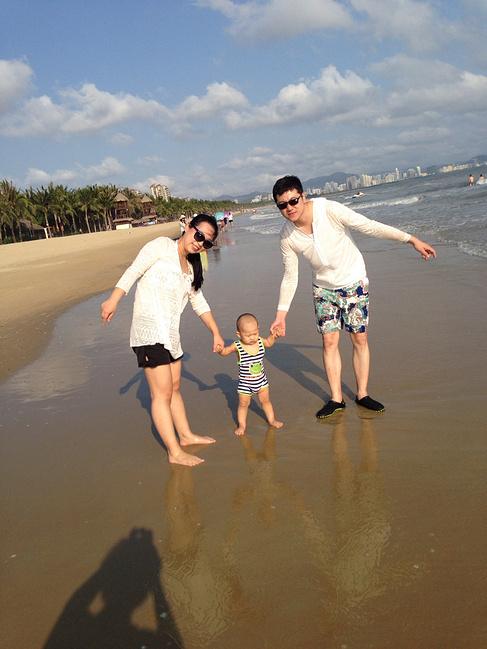 跟爸爸妈妈手牵手走在沙滩上