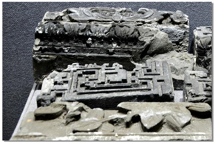【据载,从乾隆二十三年(1758年)至道光十七年(1837年)的80年间,停泊在黄埔古港的外国商船共计5107艘。乾隆二十二年(1757年),闭关自守的清廷撤消了江、浙、闽三海关,却唯一保留了粤海关,指定广州为唯一对外贸易口岸长达80多年,期间黄埔古港迅速发展,在这里有黄埔税馆、夷务所、买办馆等,外国商船必须在这里报关后由中国的领航员带商船入港,办理卸转货物缴税等手续,然后货物才能进入十三行交易而黄埔村也成为热闹繁华的古城,同时这种氛围自然熏陶了当地人的经商思想。后来因河道堵塞变窄,古港迁至长洲岛,沿