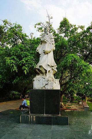 徐霞客雕像,他是中国历史上对黄果树瀑布进行详尽记载的第一人.