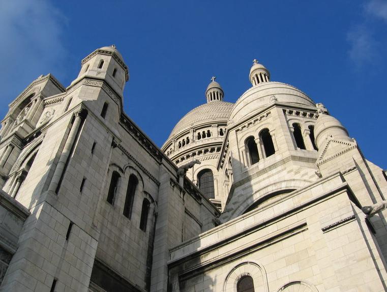 教堂后部有一座高84米的方型钟