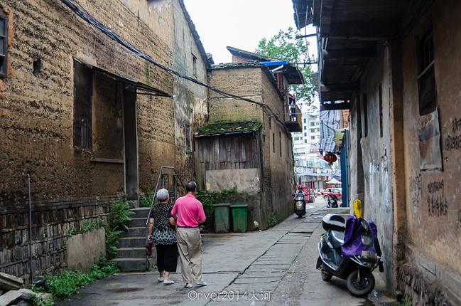 当地老房子都是黄色的土墙建造,有些房子年久失修,破烂不堪.