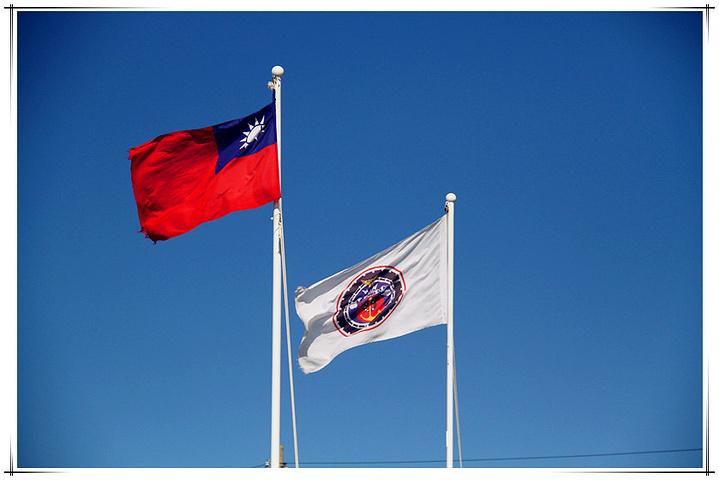 鹅銮鼻灯塔旁飘扬的旗帜.