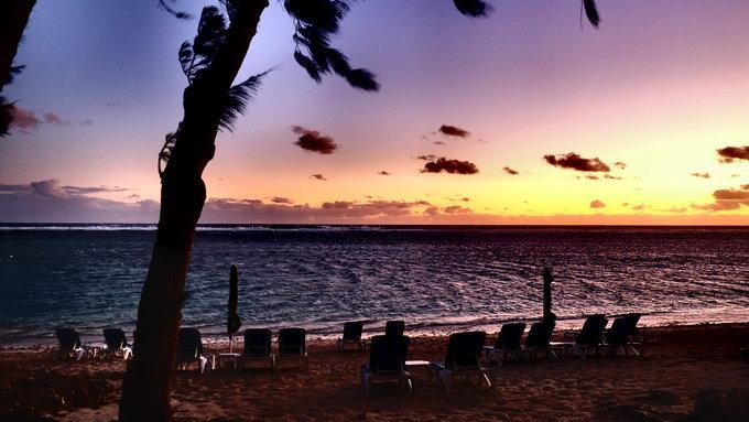 留尼汪岛的海浪很大,声音震得隆隆响.