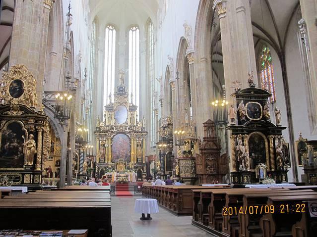 高达80米的钟楼构成教堂正面