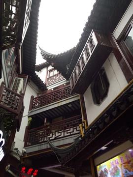 上海城隍庙是中国十大美食小吃街之一.