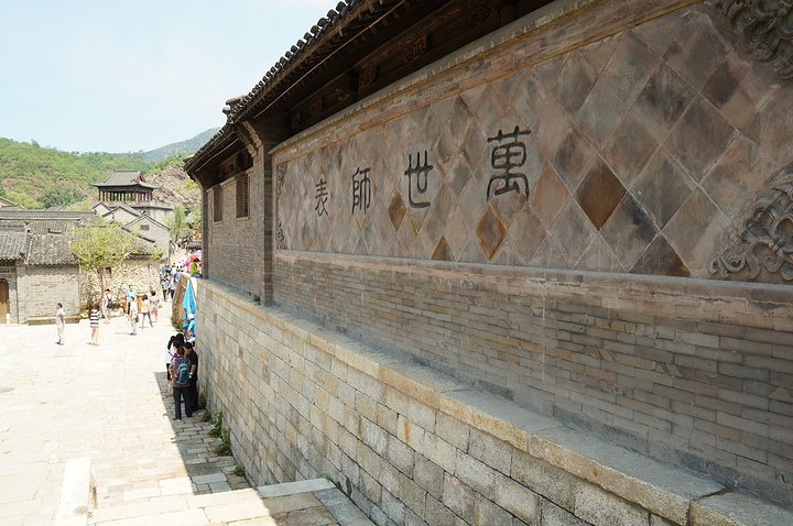 景区共分三大块:水街历史风景区,卧龙堡民俗文化区,汤河古寨区.