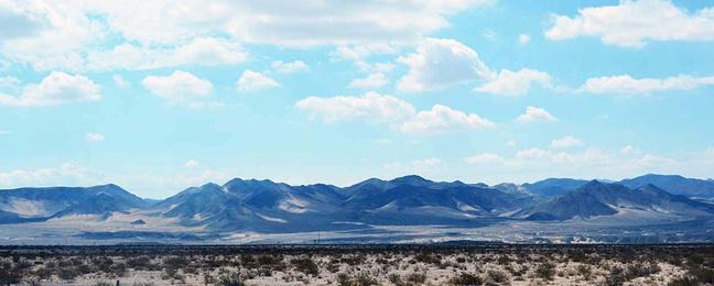 这段山脉很漂亮,山势连绵起伏,宛若一幅水墨画在眼前次第展开.
