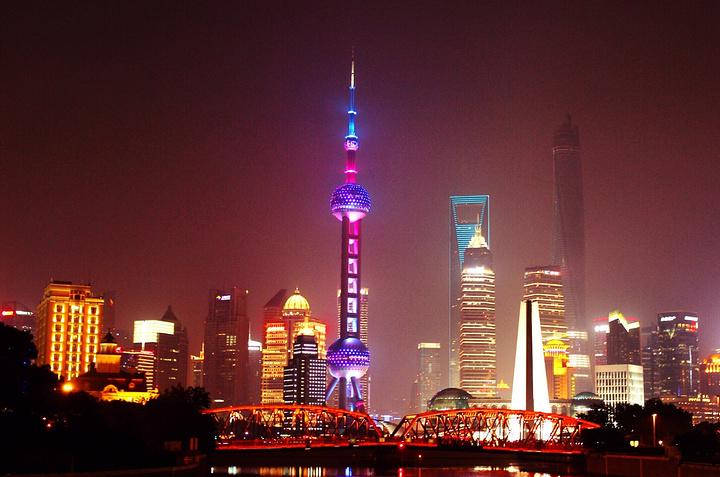 外滩是上海一道亮丽的风景线,全长约1