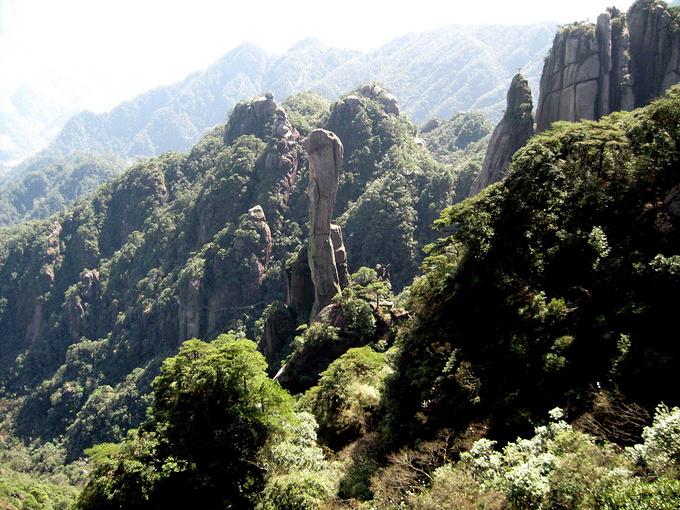 """中国有三山五岳,有10大名山,我基本上都去过。但我情有独钟的却是名不见经传的三清山。 三清山我先后去过三次,仅2009年4月,就先后去过两次。它位于江西省东北部德兴市和玉山县的交界处。有人叫它""""小黄山"""",前人赞它为""""高凌云汉江南第一仙峰""""。 我以为,若以峰林、云海和悬崖栈道而论,三清山不亚于黄山。 其实三清山也并非无名之辈,它是国家地质公园,5A级旅游区,还是中国第七个、江西第一个世界自然遗产。 三清山因其主峰玉京、玉虚、玉华三峰似道教鼻祖玉清、上清、太清列"""