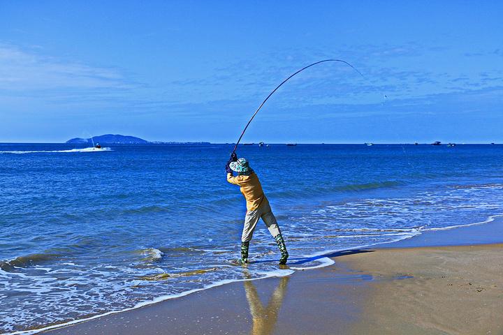 也有几个在海钓的人,长长的鱼竿用力一甩,会在天空中划出一道美丽的图片