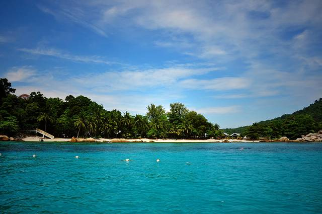 到达Kuala Besut大概是早上六点多,下着雨,这里是去往停泊岛的必经之地。去往停泊岛的是双引擎船,大概能坐15个人,开了四十分钟左右,一路上还是都在下雨,但海面还算平静。停泊岛有大停泊岛和小停泊岛,我们住在小停泊岛的西面,靠近珊瑚沙滩的热带雨林露营地Rainforest Camping。早上八九点就登岛了,小船会把每位乘客送到入住的酒店,因为基本上所有的酒店都是靠海的,然后走的时候来接也是一样。一靠近停泊岛,水顿时变地超级清澈起来。我们住的露营地有自己的一小片沙滩,还有沙滩排球可以打。从船上下来,顿