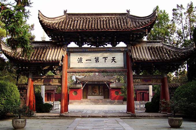 因为正是春节假期,武侯祠是成都人民祈福,逛庙会的去处.