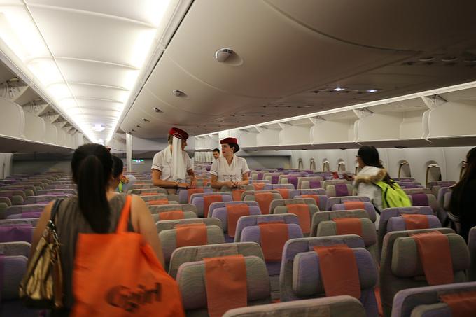 一排10个座位,国内能见到的空客a320宽体机也仅仅只有8个座位,那两个图片