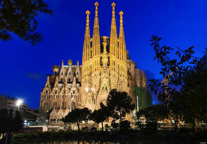 但丝毫无损于它成为世界上最著名的景点之一_圣家族大教堂