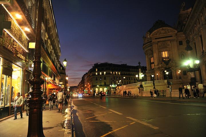 老佛爷和巴黎春天其实就在歌剧院附近,这是歌剧院公交车站的夜景,很美