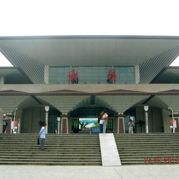 武昌火车站历史悠久,随着城市的发展,经过数次修缮,武昌火车站已建设成为大武汉三大火车站之一;火车站位于武昌区中山路上,轨道交通4号线在此设立车站,并连接汉阳和武汉火车站。武昌火车站地上部分有两层(局部三层,为等候区),一层出站口连接公交车站和地铁站出口以及餐饮购物商店等,二层为进站口、售票窗口和等候大厅;地下室为停车场。武昌火车站的外立面为春秋战国时期的楚国建筑特色,复古、秀美,室内装修风格为现代风格,简约;车站平面布局简约,流线清晰,非常方便找寻目的地。 【交通】518路、511路、577路等各路公交均