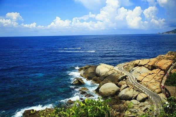"""算来算去,也算是去过几个海滨城市或者海岛了,厦门、宁波、塞班岛、香港,关于海岛游,可能会有两种比较极端的想法,有些人觉得在哪看海都一样,无非是沙滩、海水、贝壳,所以海么,看过几次就可以了;而另一种的想法是,看海就得要看最好的海,最美的海景,所以就不要在国内看海,要看海还是就去马尔代夫。写到这里,我想到了麦兜动画里的一个情节,麦兜非常想去马尔代夫,麦太太做了一系列""""善意的假象""""让麦兜感觉上有了一次马尔代夫之旅,实际上他们去的是海洋公园,但是麦兜还是玩得很开心。这个桥段当时还是让人非常"""