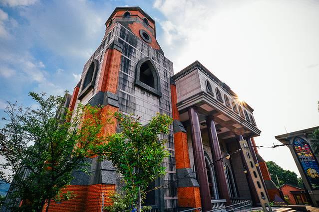 真理大学建于十九世纪末期,是由加拿大的传教士马偕所建,这栋欧式的建筑,在淡水显得有点特立独行,但又不会格格不入,和红砖墙们完美的融合在一起。不是基督教信徒,只是因为去淡江中学然后路过这里,一进去也觉得有被小惊艳到,礼堂真的建得很漂亮。【关于位置】位置就在淡江中学的左手边,由于没有时间限制,如果时间不太充裕的话,可以选择先参观淡江中学再来真理大学,因为淡江中学下午四点之后就不能入内了。【推荐点】真理大学是一个基督教会大学,有很有特色的大礼堂、漂亮的学堂还有一个举行的管风琴,都是值得看一看的地方,环境很好,这