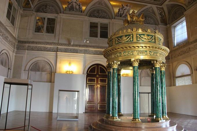 它是18世纪中叶俄国巴洛克式建筑的杰出典范.