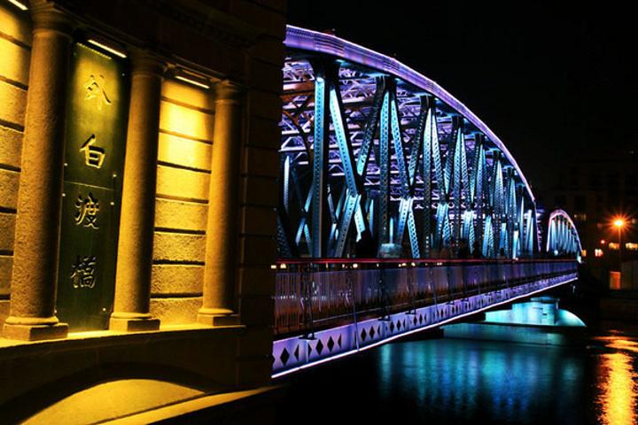 外白渡桥,是中国的第一座全钢结构铆接桥梁 和仅存的不等高桁架结构桥,同时也是自1856年以来在苏州河河口附近同样位置落成的第四座桥梁。由于处于苏州河与黄浦江的交界处,因此成为连接黄浦与虹口的重要交通要道。
