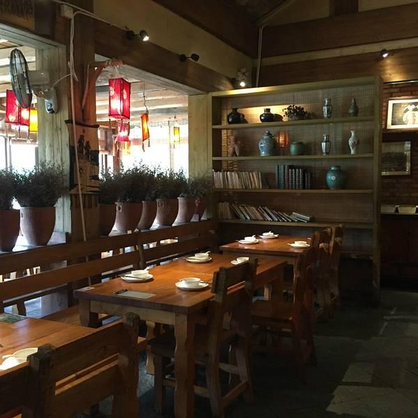 整个餐厅由木质材料搭建,从门口开始就有无数绿叶覆盖,餐厅建在水田