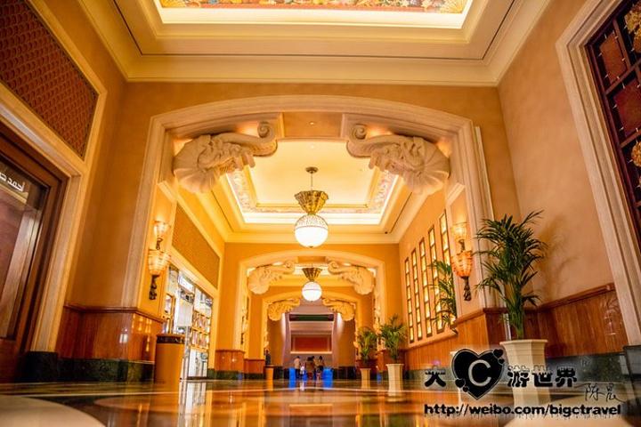 接下来就是本次行程的重点了,入住棕榈岛的亚特兰提斯酒店。预定可以在酒店的官网进行,大C预定的是最屌丝的房型,但是入住的时候房型没有准备好,于是好像的前台接待人员就给大C升级成了海景房,上升了一个等级,变成4000多一晚的房型了,甚是欣慰啊!因为是海景房,大C在房间里就可以直接看夕阳了,波斯湾的日落啊,无比感动啊。 先提醒大家:亚特兰提斯酒店的房卡上会印着预订者的名字,退房的时候不用归还,可以当做纪念品拿走,所以千万别给还了哦。 亚特兰提斯酒店并不只是个酒店,而是结合了各种娱乐设施和美食的综合型度假村,这里